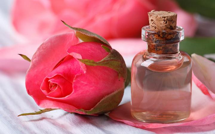 وصفة تكبير الثدي بماء الورد